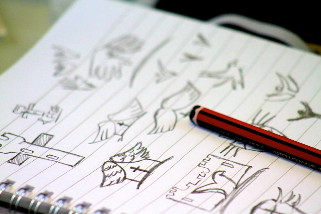 Thiết kế logo bằng tay sau đó mới thực hiện vẽ trên máy tính